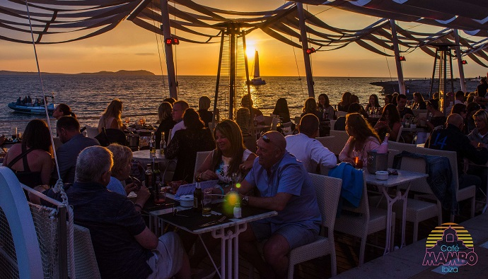 Café Mambo en Ibiza, cócteles y música junto al mar